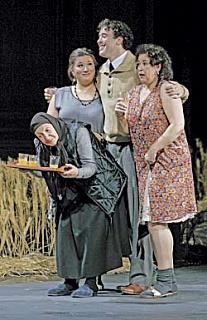 Вот такие пушкинские герои из России вышли на сцену в Зальцбурге в «Евгении Онегине». Сцена из спектакля. Фото - Reuters