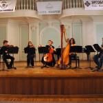 Концерт «Возвращение. Детский альбом». Борис Бровцын (слева) выступает с юными музыкантами на сцене Рахманиновского зала