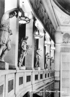 В 1943 году были завершены все основные монтажные и отделочные работы Новосибирского театра