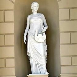 Скульптуры муз установили на фасад Большого театра