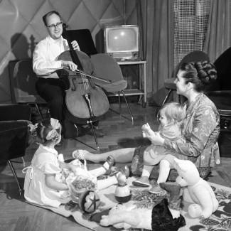 Оперная певица Вишневская и виолончелист Ростропович дома с дочерьми