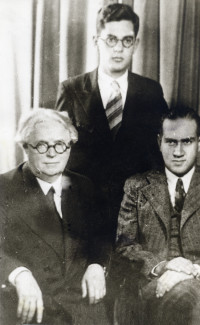 Леон Закс (в центре) – студент 1 курса Московской консерватории. Со своим педагогом Давидом Ойстрахом (справа) и его учителем Петром Столярским (слева).