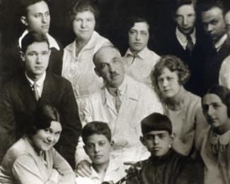 Музыкальный техникум имени братьев А. и Н. Рубинштейн. Леон в первом ряду в центре. Во втором за ним - его первый педагог скрипки Лев Цейтлин. 1928 год.