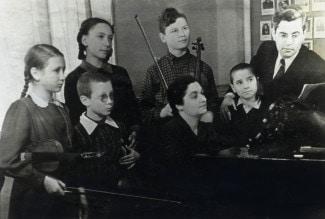 Педагог Л.Б.Закс со своим классом в Школе-семилетке имени Гнесиных. В первом ряду второй слева один из его учеников сын Виктор Денисов. 1952 год.