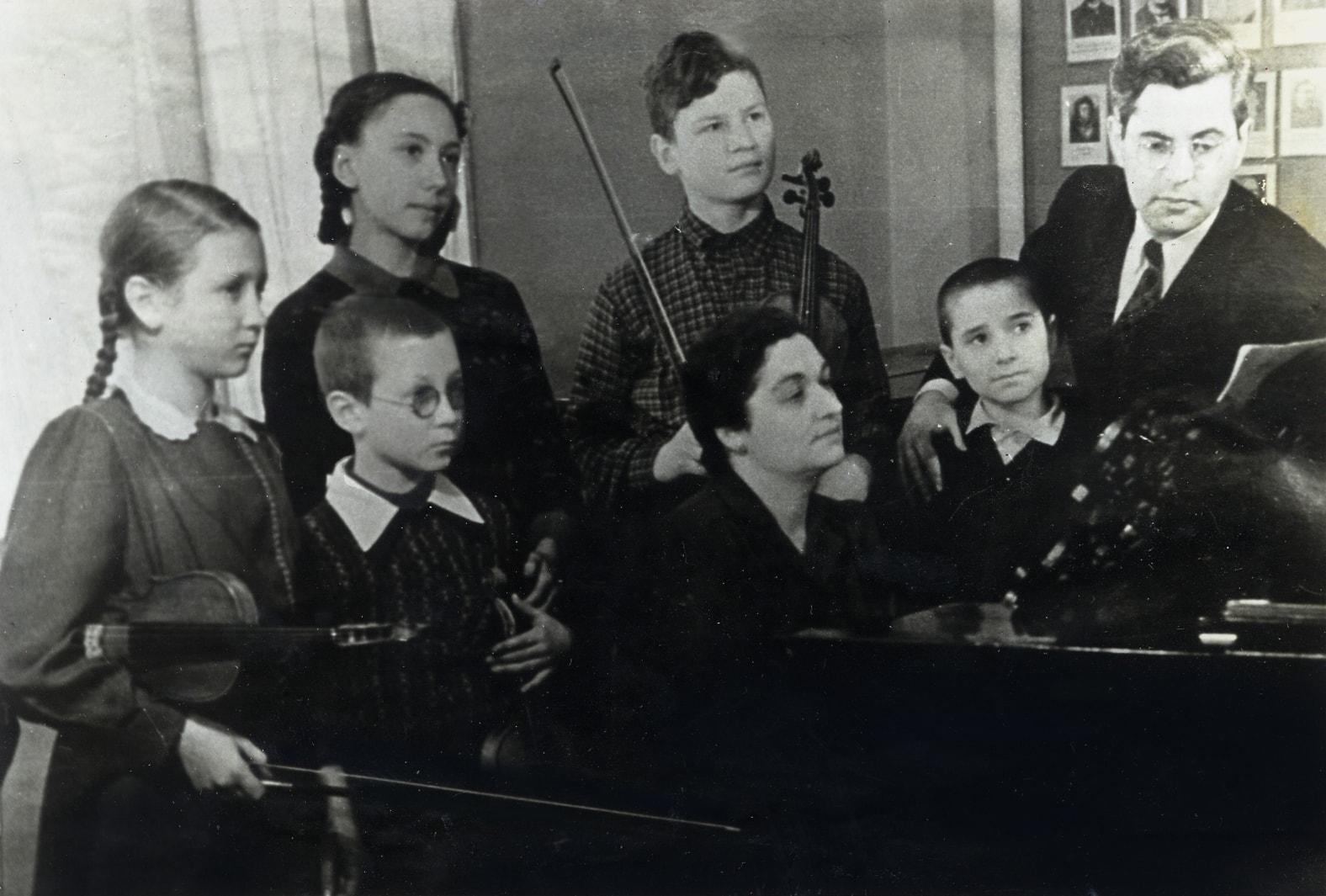 Педагог Леон Борисович Закс со своим классом в Школе-семилетке имени Гнесиных. В первом ряду второй слева один из его учеников сын Виктор Денисов. 1952 год.