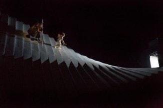 Сцена из оперы «Золото Рейна», постановка Робер Лепаж. Photo: Ken Howard/Metropolitan Opera Робер Лепаж придумал необычную декорацию, состоящую из 24 гибко соединенных между собой огромных планок из алюминия и стекловолокна
