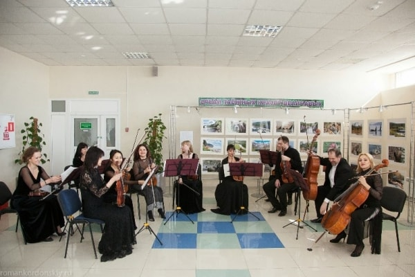 """Оркестр камерной музыки """"Глория"""" Хабаровской филармонии выступил с концертом на территории аэропорта"""
