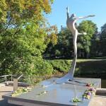 Памятник знаменитому танцовщику Марису Лиепе открыт в Риге
