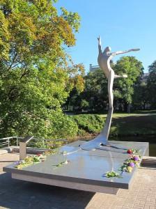 Памятник Марису Лиепе в Риге