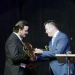 Губернатор вручает Антону Лубченко символический ключ