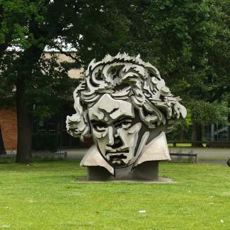 Памятник Бетховену в Бонне перед концертным залом Beethoven-hall