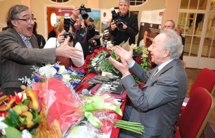 Юрий Темирканов принимает поздравления. Фото: ИТАР-ТАСС/Юрий Белинский