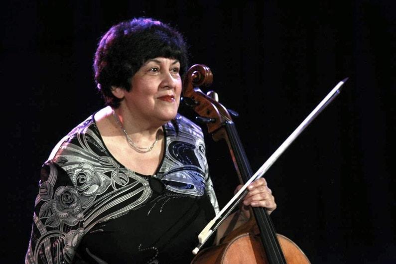На сцене Петербургской филармонии солирует Наталия Гутман