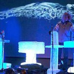 Музыканты на Ice Music Festival играют на ледяных музыкальных инструментах