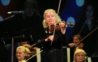 Светлана Безродная во время выступления оркестра. Фото - ИТАР-ТАСС/ Павел Смертин