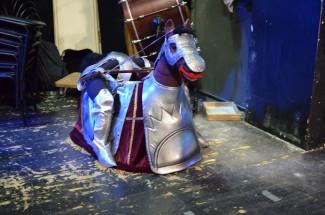 Скакун плюшевый с отвесными ногами в седле, ждет Альмавиву. Фото - Любовь Симонова