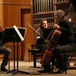 Александр Князев (виолончель), Лоран Корсиа (скрипка) и Марк Лафоре (флотепиано). Фото: Московская филармония