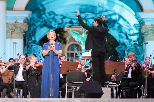 Петербург отметил День города концертом оперных звезд