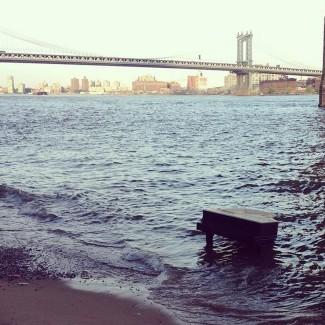 Рояль на берегу реки в Нью-Йорке