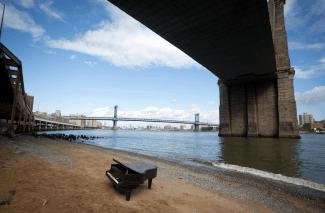 Рояль под Бруклинским мостом в Нью-Йорке