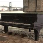 Загадочный рояль выплыл из-под Бруклинского моста