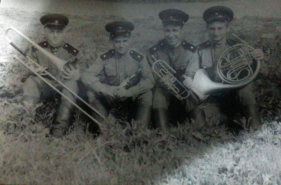 Музыкальный воспитанник Григорий Херсонский с сослуживцами