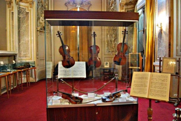 Скрипки Джордже Энеску, выставленные во время фестиваля им. Джордже Энеску в Бухаресте