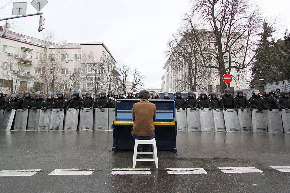 Маркиян Мацех играет Шопена на киевском Майдане