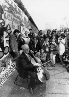 Мстислав Ростропович играет Баха при падении Берлинской стьены