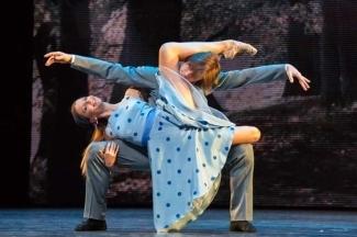 Анна Тихомирова и Антон Овчаренко в дуэте на песню Синатры. Фото - М. Логвинов
