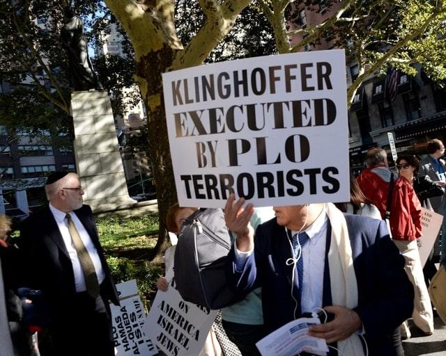 Новый сезон Metropolitan Opera начала с акции протеста. Фото - Ben Gabbe