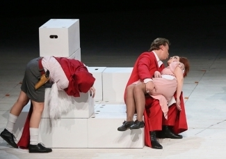 Комедия положения Комедия положений в спектакле «Новой оперы» разыгрывается у всех на виду. Фото - Павел Смертин