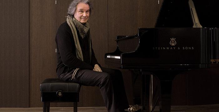 Михаил Хохлов за роялем Steinway & Sons. Фото - Мария Новоселова