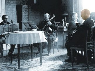 Пауль Хиндемит (крайний справа), за фортепиано - Артур Шнабель, слева Бронислав Губерман (скрипка) и Пабло Казальс (виолончель), 1933 год