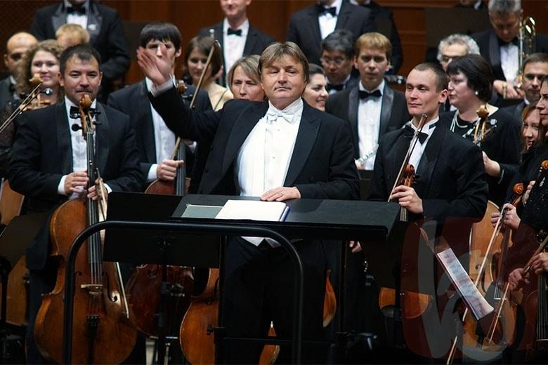 Рашит Нигаматуллин и оркестр Белгородской филармонии. Фото - Сергей Егоров