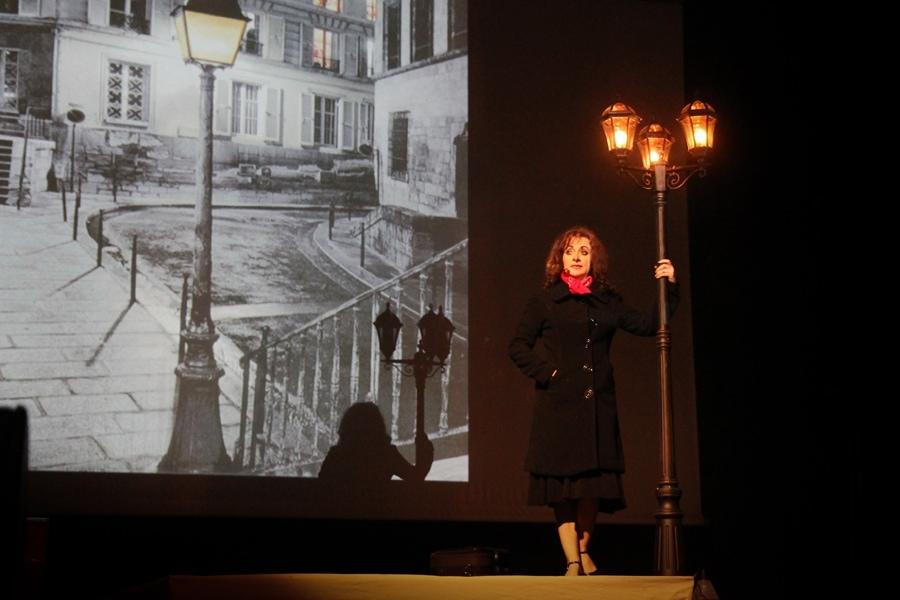 Спектакль дышит Эдит Пиаф, и создан он в традициях ее времени
