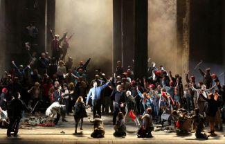 «Протестующие» герои Бетховена на сцене миланской оперы в современных нарядах и красных строительных касках