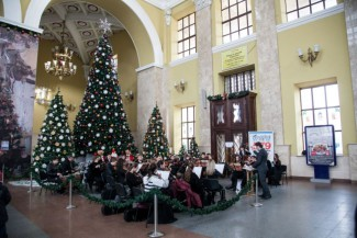 Молодежный симфонический академический оркестр «Виртуозы Слобожанщины» устроил сюрприз для пассажиров