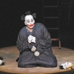 Под маской паяца скрыта сложная личность – безжалостный насмешник над чужим горем, несчастный развлекатель толпы. Фото - Олег Черноус