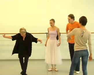 По словам хореографа Джулии Линкольн, ее задача превратить танцоров в фигуристов.