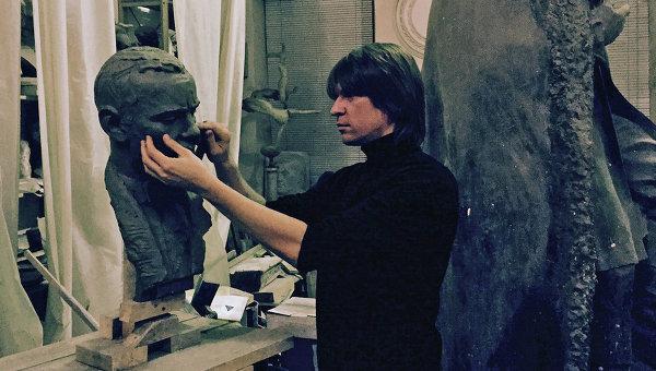 Скульптор Григорий Орехов за работой. Фото - Виктор Вэскер