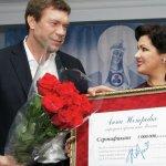 Анна Нетребко передала сертификат на миллион рублей Олегу Цареву. Фото: REUTERS/ Stringer