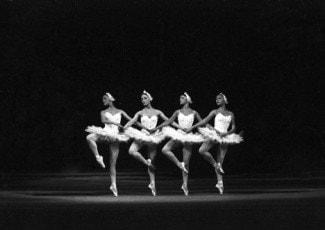 """Сцена из балета """"Лебединое озеро"""" на сцене Большого театра. Архивное фото"""