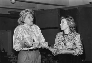 Коллеги обсуждают только что прошедшее представление. Фотографии предоставила Ирина Журина из своего личного архива.