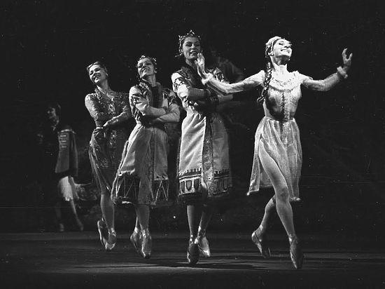 """Сцена из балета """"Снегурочка"""" (фото с премьеры 1963 года, предоставлено пресс-службой МАМТа)"""
