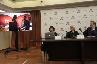 Генеральный директор Большого Владимир Урин и директор музея театра Лидия Харина (справа) вместе с журналистами смотрят фильм о том, как «оцифровывали» ГАБТ