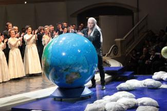 Дмитрию Хворостовскому аплодировали и из зала, и со сцены. Фото - Сергей Бирюков