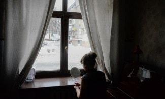 """Светлана Таран-Малеева гримируется перед выходом на сцену у окна. Перед началом спектакля """"Летучая мышь"""" отключили электричество."""