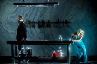 Юдит (Надя Михаэль) уже увидела страшное лицо своей любви (Синяя Борода - Михаил Петренко)