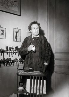 Артюр Онеггер на фоне коллекци курительных трубок